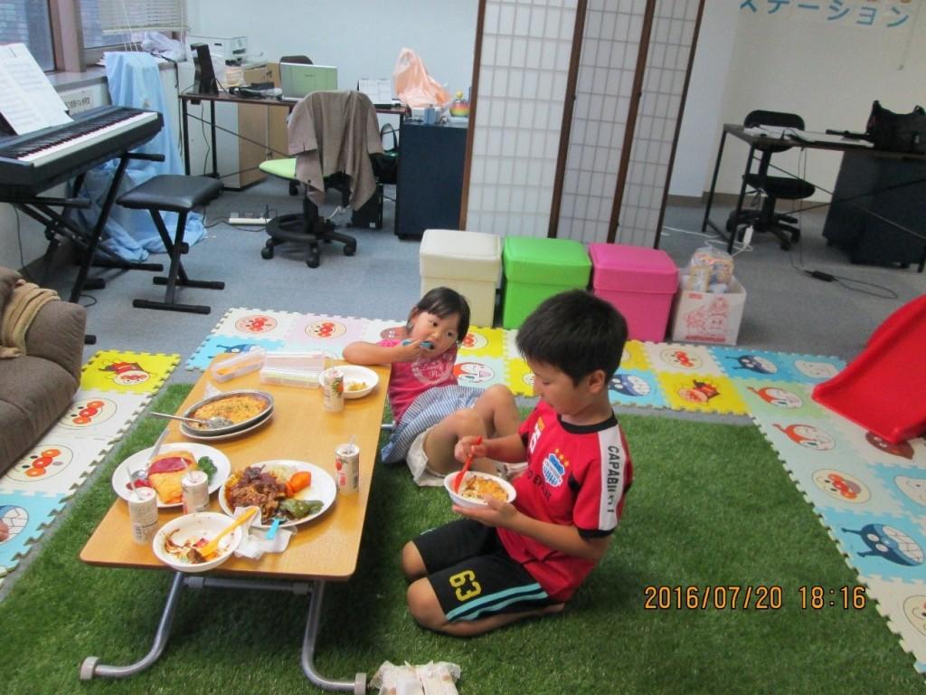 仲睦まじく・・・2皿目のグラタンを食している兄と妹